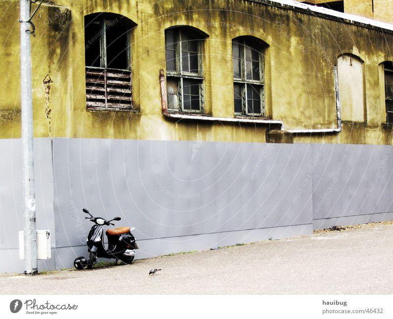 british rolling alt Einsamkeit Wand Traurigkeit Trauer Kleinmotorrad Motorrad