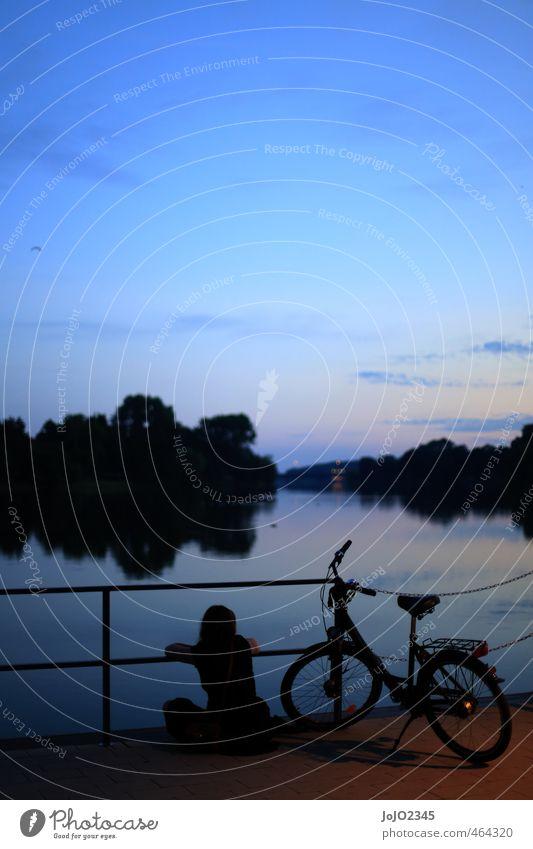 Entspannter Sommerabend Mensch Jugendliche blau Wasser Erholung Landschaft schwarz Erwachsene 18-30 Jahre Umwelt feminin Gefühle Küste Freiheit See
