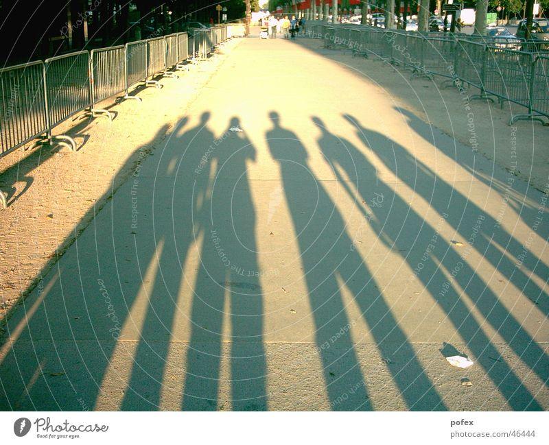 Freunde Paris Frankreich Freundschaft Abendsonne Sonne Schatten champs-elyseé 7 leute