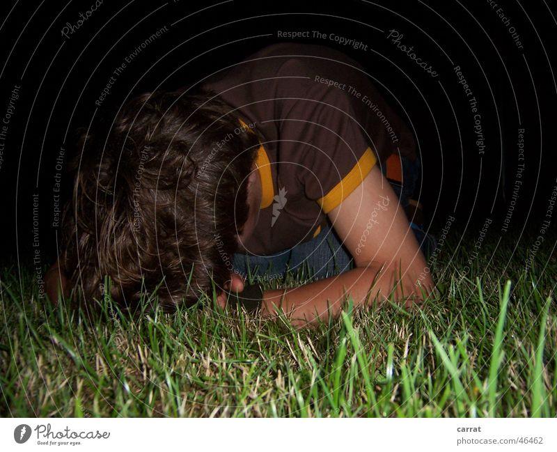 Don't Do Drugs! Nacht Alkoholisiert schlafen Erholung Rauschmittel Wiese dunkel Froschperspektive Knockout Rasen Müdigkeit high down scdhlafen Denken