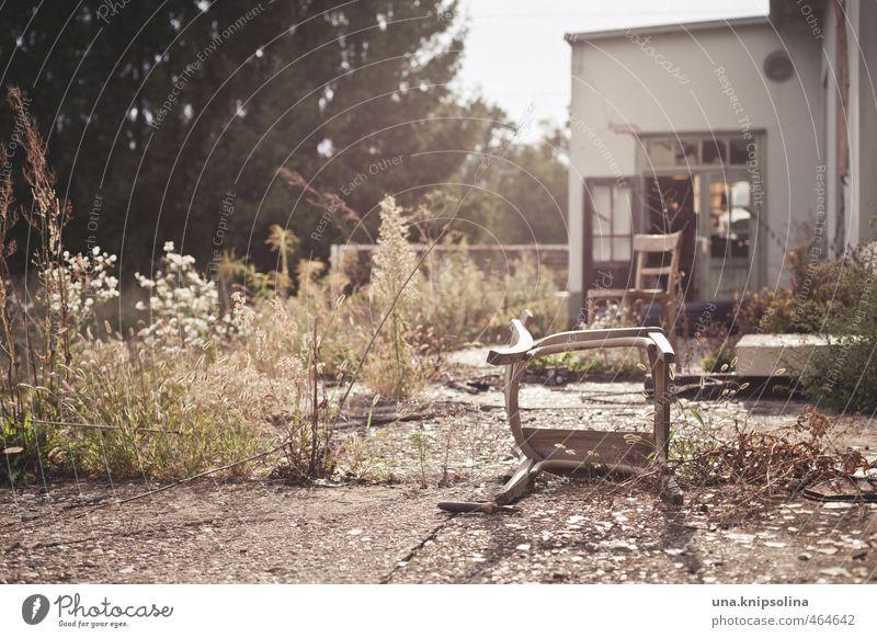 was bleibt... Häusliches Leben Wohnung Renovieren einrichten Möbel Stuhl Umwelt Natur Erde Gras Sträucher Ruine alt Umweltverschmutzung Verfall Vergangenheit