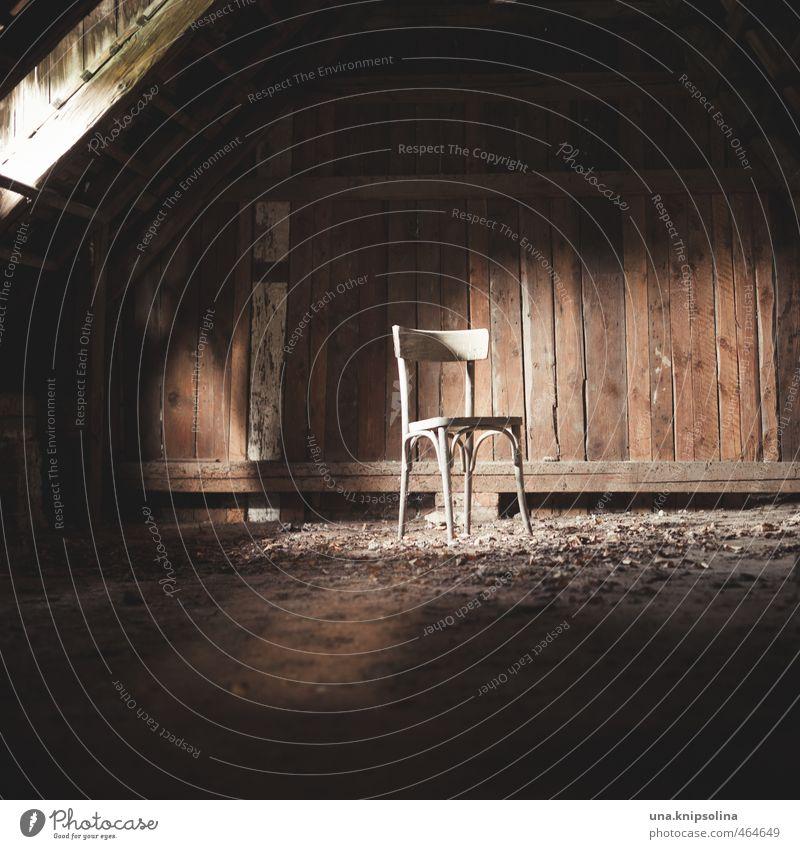 take a seat! Häusliches Leben Stuhl Dachboden Holz dunkel Einsamkeit Ende Vergangenheit Vergänglichkeit Wandel & Veränderung Zerstörung dreckig leer vergessen