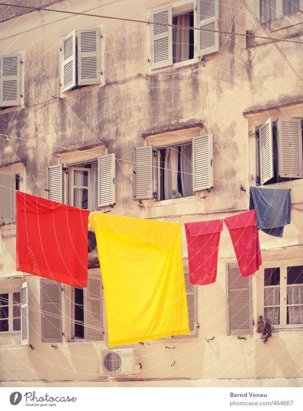 bunt abhängen blau Sommer rot Haus gelb hell dreckig Fröhlichkeit Vergänglichkeit Sauberkeit Sommerurlaub Stadtzentrum Wäsche trocknen Wäscheleine