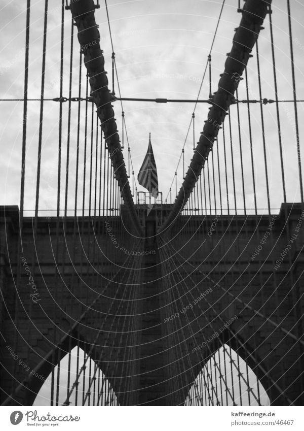 Brooklyn Bridge Wolken Streifen Amerika New York City Fahne Bauwerk schwarz weiß grau Manhattan Brücke Himmel USA bedecken symetrisch
