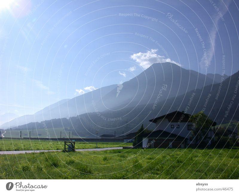 Weitsicht Natur Himmel weiß Sonne grün blau Ferien & Urlaub & Reisen Haus Wolken Ferne Straße Wiese Berge u. Gebirge Wege & Pfade Landschaft hell