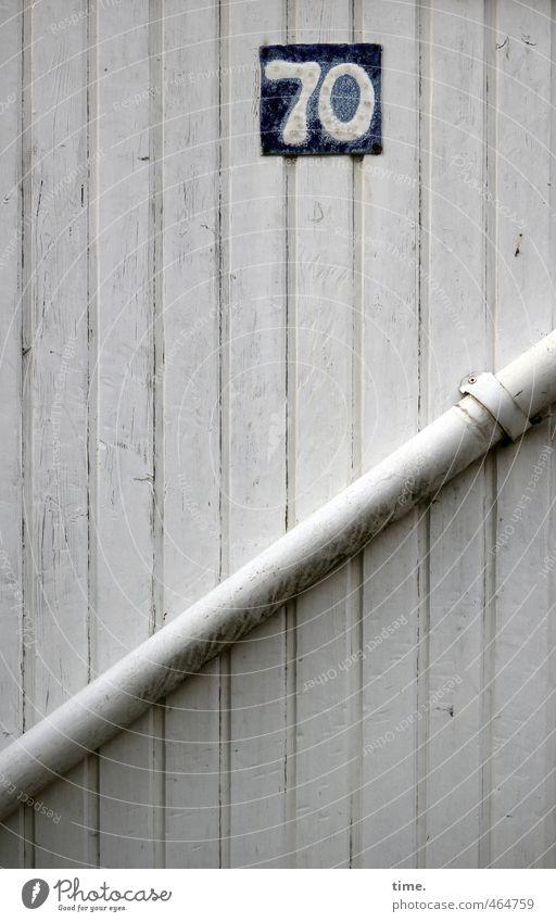 Handwerk   Dichtung & Wahrheit Haus dunkel Wand Holz Mauer Kommunizieren Technik & Technologie Schilder & Markierungen Baustelle planen Ziffern & Zahlen Schutz