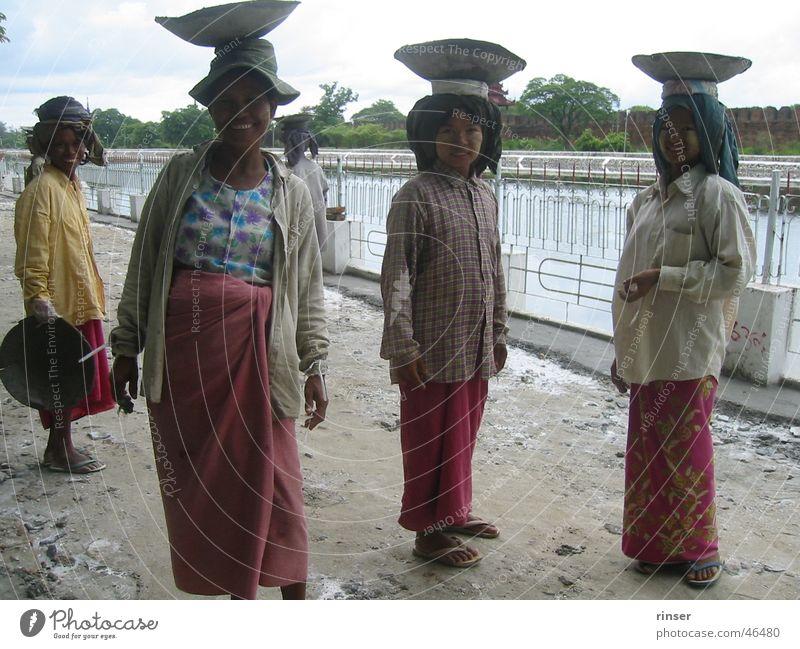 Mandalay Ladies Myanmar grinsen construction asia.