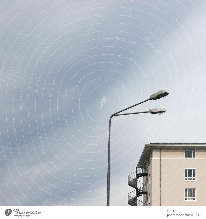 Big Brother Energiewirtschaft Straßenbeleuchtung Himmel Wolken Rostock Haus Bauwerk Gebäude Mauer Wand Fassade Fenster Dach Dachrinne Freitreppe Feuerleiter