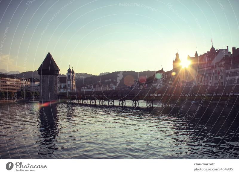 Luzern Wasser Wolkenloser Himmel Schönes Wetter Vierwaldstätter See Schweiz Europa Stadt Altstadt Haus Kirche Brücke Turm Bauwerk Sehenswürdigkeit Wahrzeichen