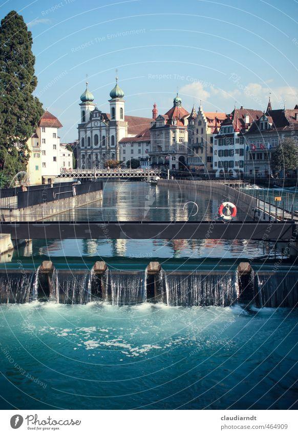 Rettung in Luzern Wasser Himmel Schönes Wetter Fluss Reuss Schweiz Europa Stadt Altstadt Kirche Brücke Bauwerk Architektur Sehenswürdigkeit Jesuitenkirche alt