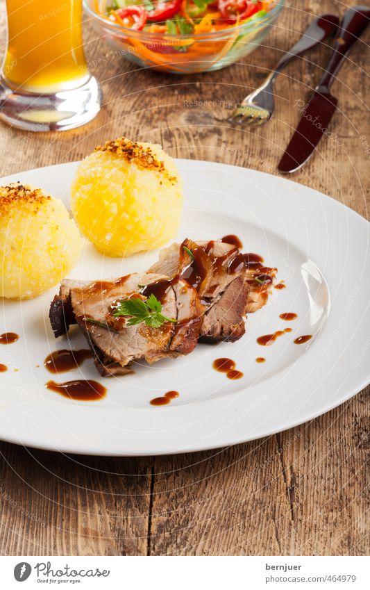 Happiness Lebensmittel Getränk Ernährung Tropfen gut dünn Bier lecker Geschirr Holzbrett Teller Bayern Fleisch Messer Besteck Salat