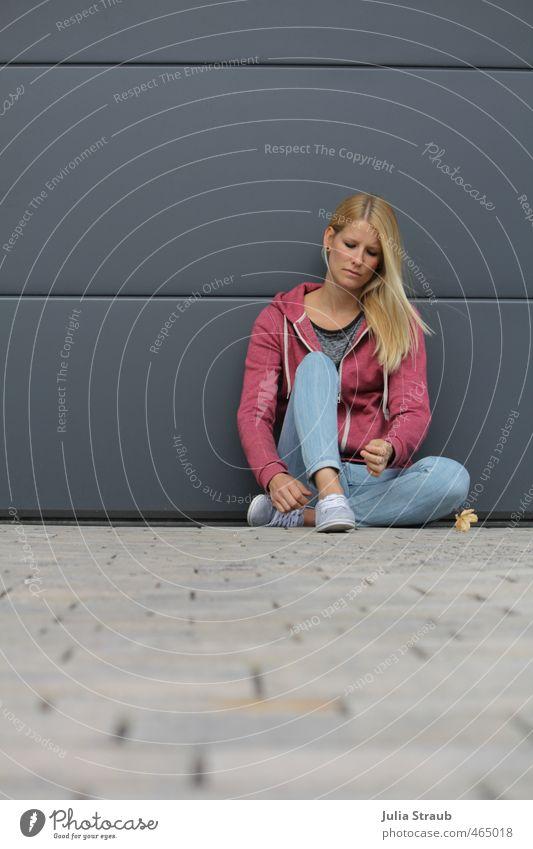 klare linie feminin Frau Erwachsene 1 Mensch 18-30 Jahre Jugendliche Kapuzenjacke Turnschuh Röhrenjeans blond langhaarig Denken knien warten Traurigkeit Sorge