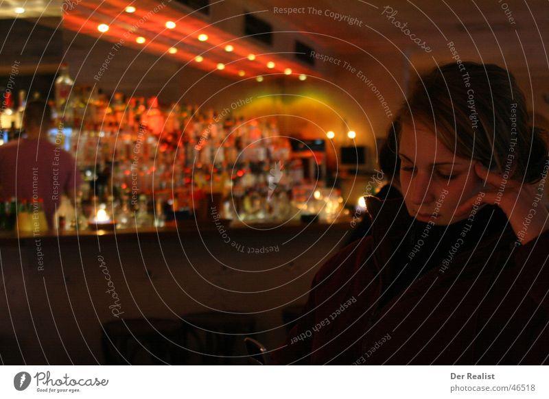 Zuviel? Theke Bar Denken Physik Licht Alkohol Flasche nachdenken Wärme tiefenunschärfe
