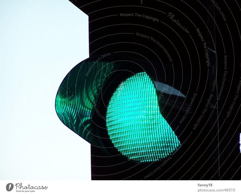 Grüner wird es nicht grün Straße Lampe hell Verkehr Hinweisschild Ampel