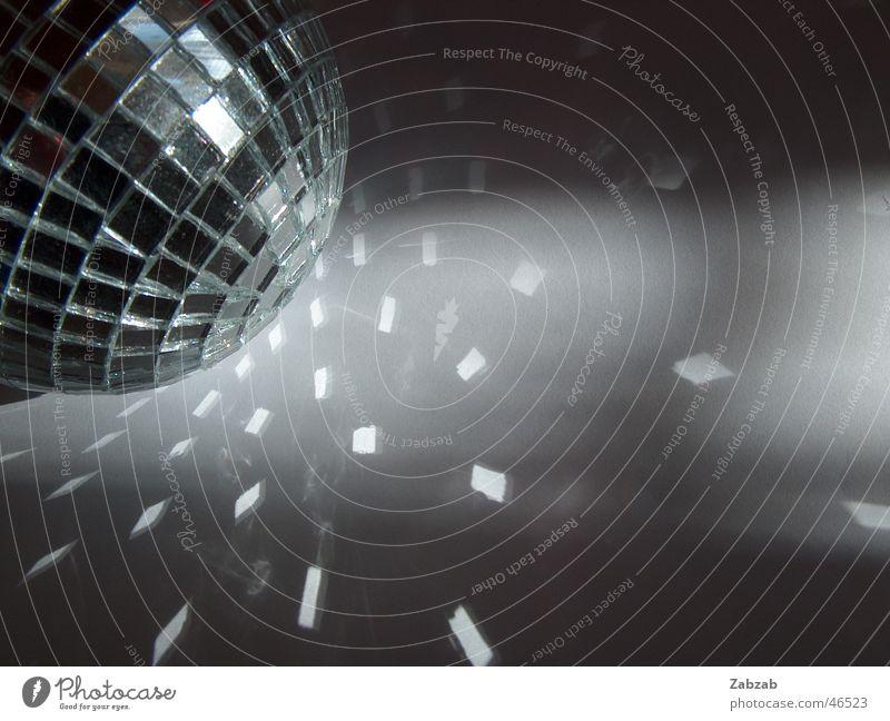 discokugel Christbaumkugel dunkel Reflexion & Spiegelung festlich Ausgang Club rund Party Licht Mosaik kleben Discokugel Gebündeltes Licht Festakt Freude hell