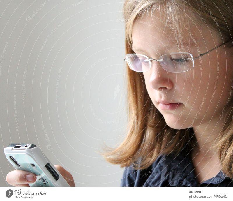 next mobile generation Telefon Handy PDA Bildschirm Fotokamera feminin Mädchen Kopf 8-13 Jahre Kind Kindheit Medien Neue Medien Instant-Messaging blond