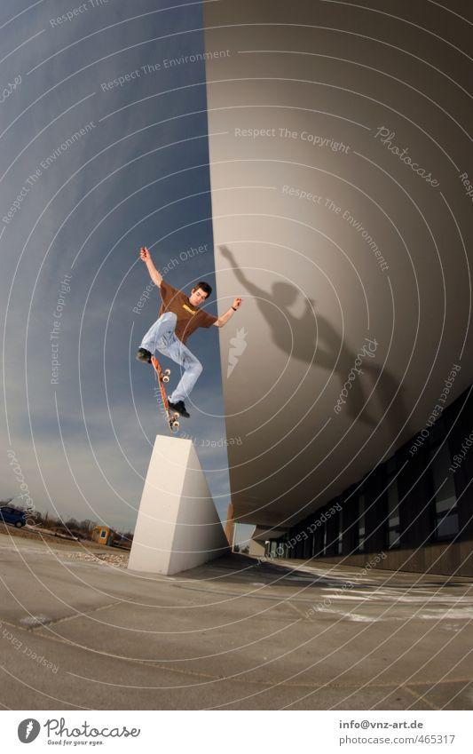 Kickflip Trick Skateboarding Inline Skating Mauer Licht Blitzlichtaufnahme Aktion Nervenkitzel Funsport Sport fahren springen Weitwinkel Fischauge Mann Sportler