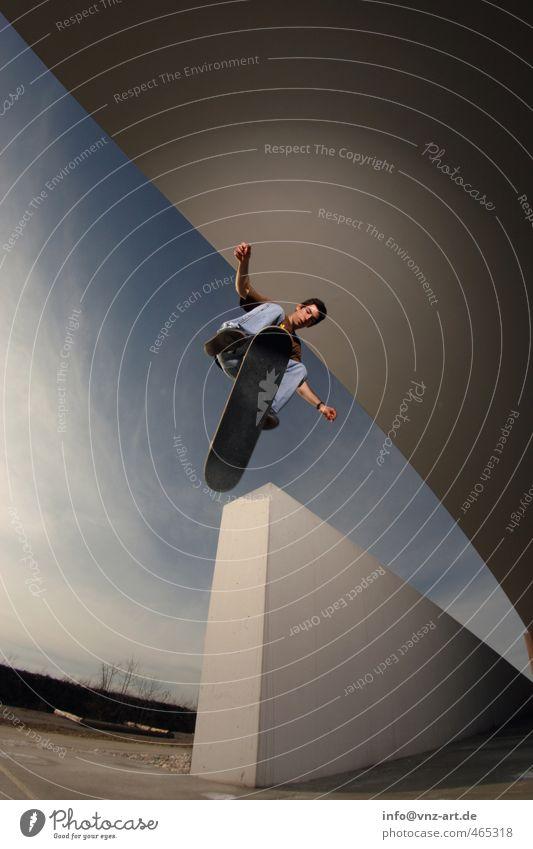 360Flip Trick Skateboarding Inline Skating Mauer Licht Blitzlichtaufnahme Aktion Nervenkitzel Funsport Sport fahren springen Weitwinkel Fischauge Mann Sportler