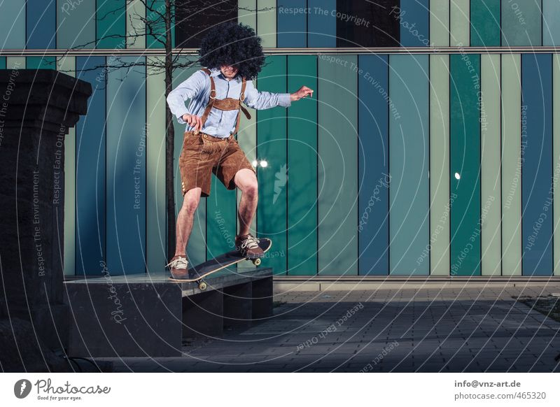 In Lederhose Skateboarding Trick springen Aktion Nervenkitzel fliegen Licht Blitzlichtaufnahme Inline Skating Junger Mann Sportler sportlich gefährlich Stadt