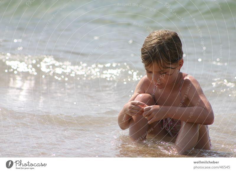 Strandnixe Kind Wasser Mädchen Sonne Meer Ferne Spielen Wellen Konzentration Muschel Brandung verträumt vertiefen Vor hellem Hintergrund