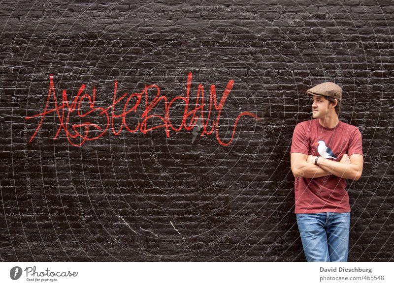 Man@Amsterdam Mensch Jugendliche Mann Ferien & Urlaub & Reisen blau Stadt rot schwarz Junger Mann Erwachsene 18-30 Jahre Graffiti Wand Mauer Stein braun