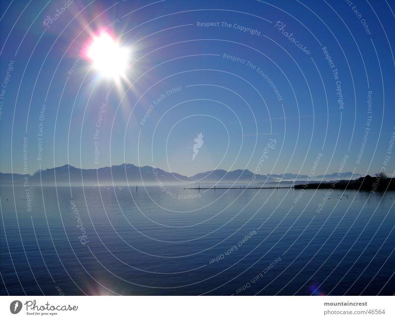 Kaltes Klares Chiemsee-Wasser Sonne blau Winter ruhig Ferne kalt Berge u. Gebirge See groß Klarheit tief Bayern Oberbayern Chiemgau