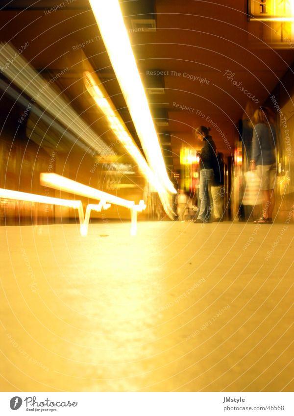 Berliner U-Bahn Licht Langzeitbelichtung Eisenbahn warten Lichtstrahl Mensch