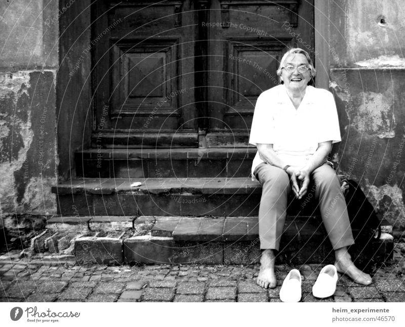 Ruhe vor dem Sturm Frau Freude ruhig Wand lachen Fuß Schuhe wandern Tür Treppe Pause Großmutter Mut Ruine Krieg Desaster