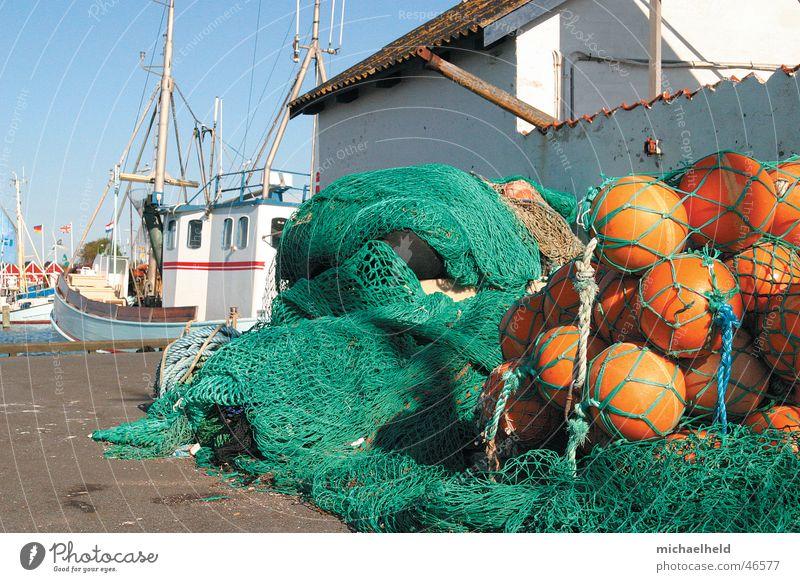 Fischereihafen Wasserfahrzeug Fischerboot Bagenkop Meer Boje Seil Teer Haus Dach grün Fischernetz Arbeit & Erwerbstätigkeit Schifffahrt Hafenstadt Wolken Netz