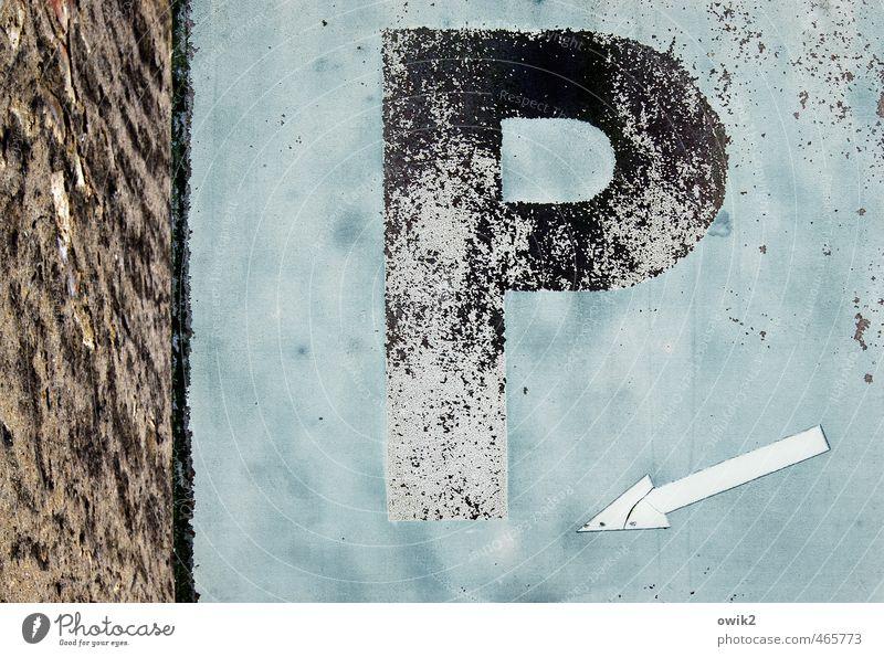 Hartes B blau alt weiß Farbe schwarz klein Metall Schriftzeichen Hinweisschild einfach Vergänglichkeit Wandel & Veränderung Spuren verfallen Pfeil zeigen