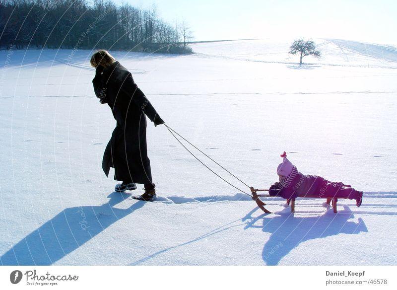 Familylife Kind weiß Winter kalt Schnee Familie & Verwandtschaft Freizeit & Hobby Ausflug Spaziergang Mutter rein Spuren Schneelandschaft ziehen Schlitten
