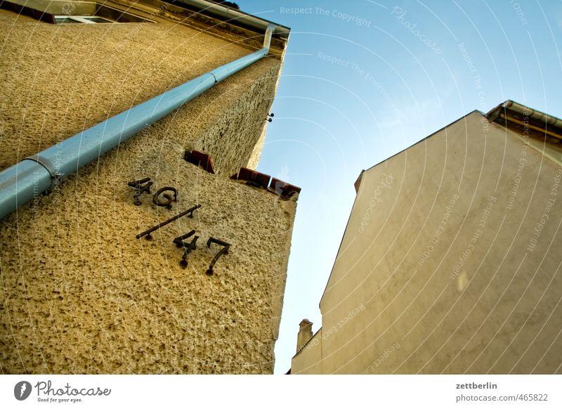 46/47 Himmel alt Stadt Haus Wand Mauer Architektur Gebäude Fassade Häusliches Leben Schönes Wetter Bauwerk Wolkenloser Himmel Konflikt & Streit Putz Wohnhochhaus