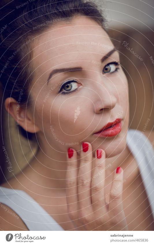 blutrot elegant Mensch feminin Junge Frau Jugendliche Erwachsene 1 18-30 Jahre brünett Schminke Schminken Nagellack Lippenstift Beautyfotografie Farbfoto