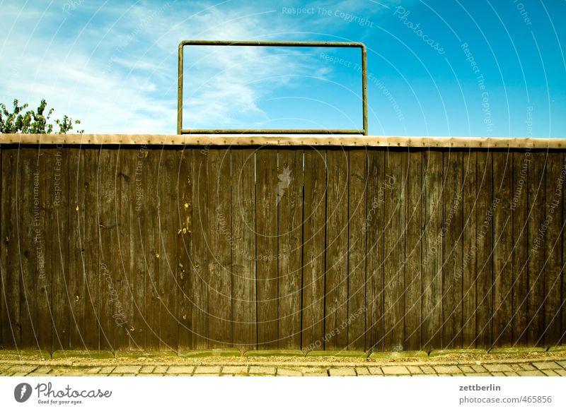 Raum für Notizen Stadt Sommer Haus Wand Mauer Holz Garten Schilder & Markierungen Sicherheit Schutz Neugier Zaun Grenze Stolz Kleinstadt Frustration