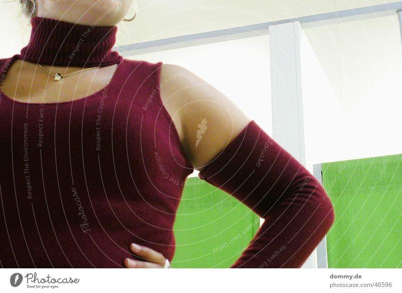 mode Frau Pullover grün rot steffi woman umkleiden Anschnitt Kette Hals Brust Mode