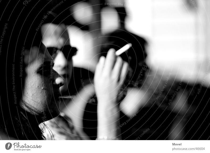 smokin' black & white Frau Mensch Mann Hand weiß schwarz Denken warten Erwachsene Arme Pause Rauchen Rauch Zigarette Erinnerung ernst