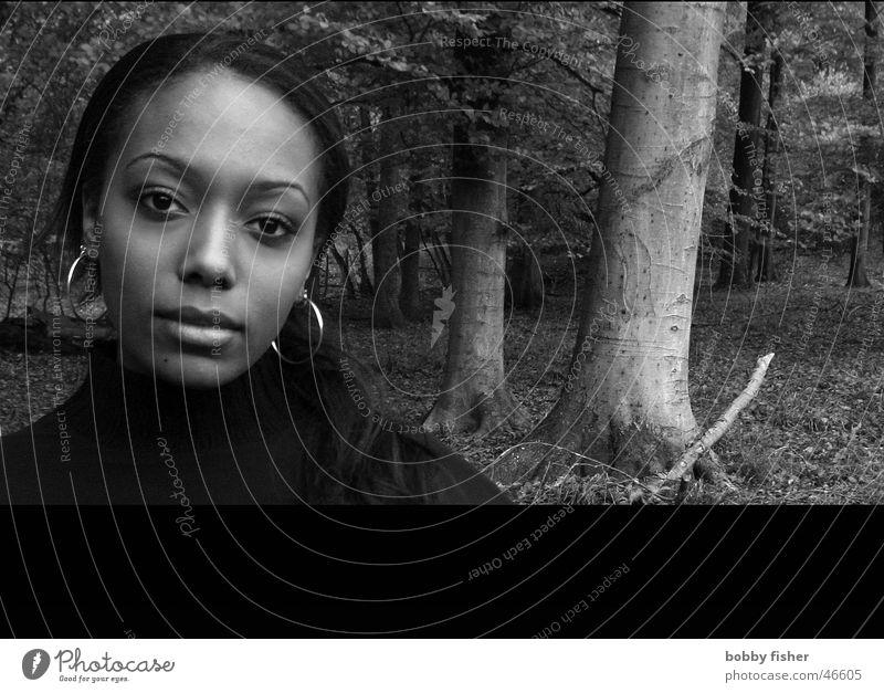 innerliches lachen Frau schwarz weiß Lippen Baum Wald Herbst Gefühle Mensch Gesicht Auge Haare & Frisuren