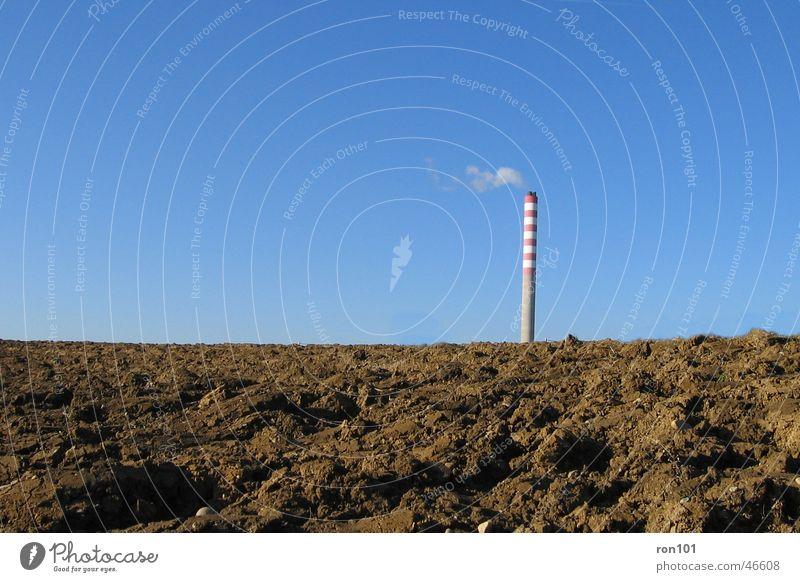 kamin Himmel blau rot braun Feld Erde Wind hoch rund Industriefotografie Rauch Wolkenloser Himmel Schornstein Klimawandel Warnfarbe gepflügt