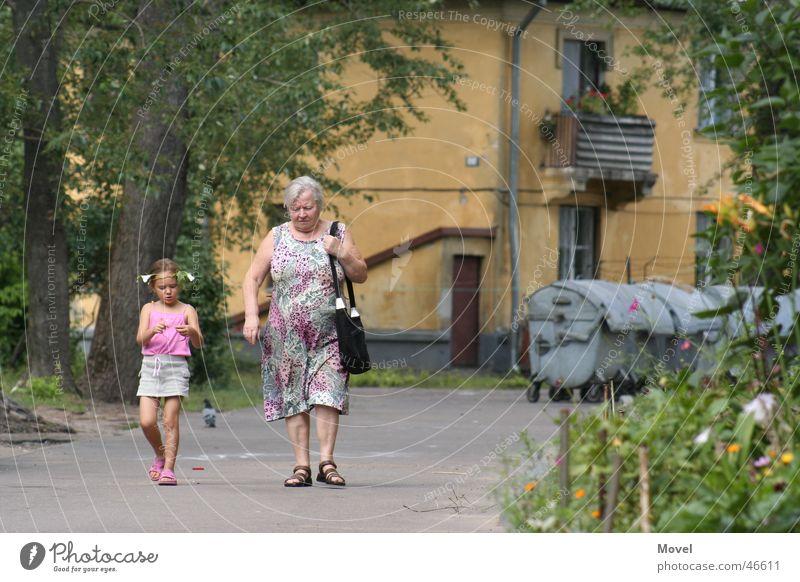 sonntags spaziergang Mensch Mädchen sprechen Großeltern Kind Familie & Verwandtschaft Großmutter Ghetto Enkel