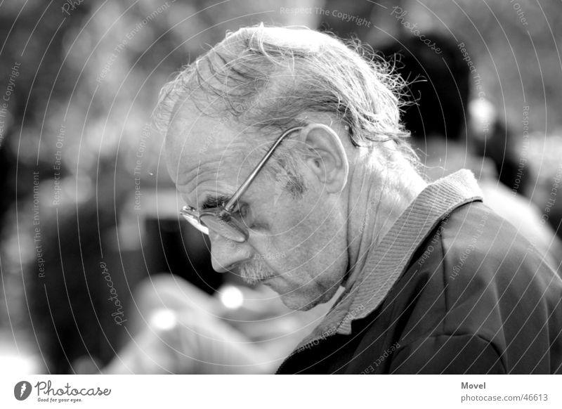 thinking about Mensch Mann alt weiß Einsamkeit ruhig schwarz Gesicht Erwachsene Traurigkeit Senior grau Denken Stimmung maskulin Park