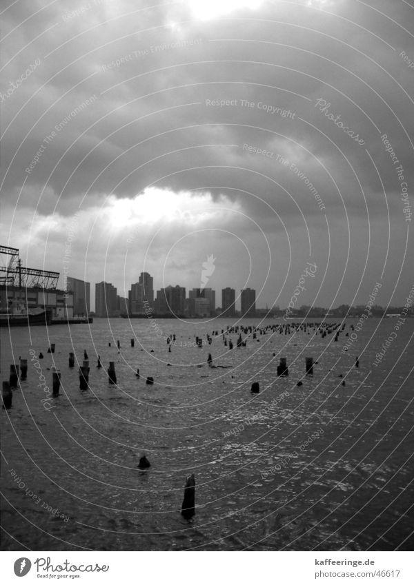 Himmel über Stadt New Jersey New York City Manhattan Hudson River Amerika Anlegestelle Hochhaus Wolken Sonnenstrahlen grau schwarz weiß Fluss USA Wasser Hafen