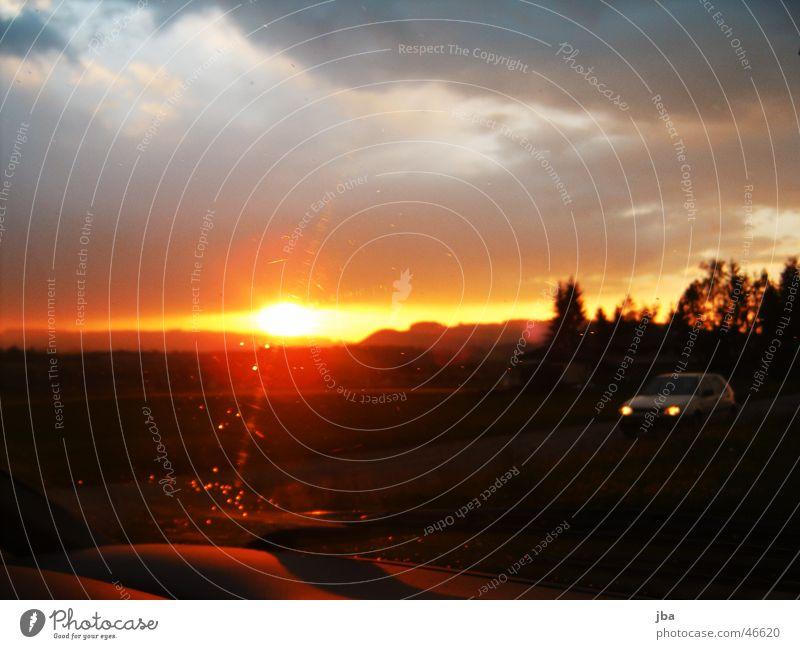 Abendsonne Sonne Wolken gelb PKW Horizont fahren blenden Gegenverkehr