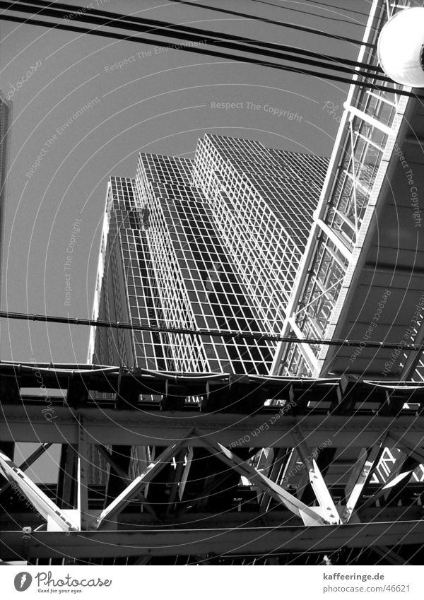 Beton auf Stahl Chicago Illinois Amerika Stadt Haus Hochhaus Hochbahn schwarz weiß Material grau Fenster USA Eisenbahn skywalk Kabel Himmel Brücke