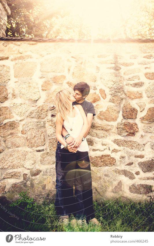 temps ensoleillé maskulin feminin Junge Frau Jugendliche Junger Mann Paar 2 Mensch 18-30 Jahre Erwachsene Sonnenlicht Küssen stehen leuchten Umarmen Glück braun