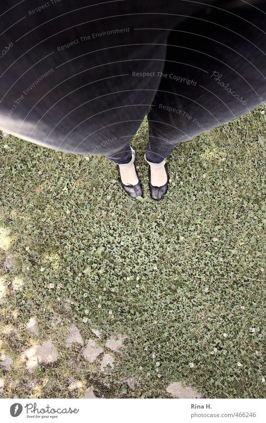 Zarte Fesseln Mensch Frau Erwachsene 1 Sommer Garten Wiese Hose Jeanshose Schuhe Ballerina stehen dick Völlerei Hemmungslosigkeit Gesundheitswesen Übergewicht