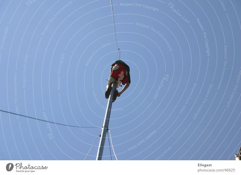 Im_Mast Segeln Bootsmannstuhl Wasserfahrzeug Takelage Luft Mut Himmel Strommast ship sail sailing reparartur blau raparieren Niveau Angst Reparatur