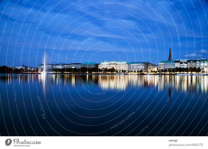 blau am Jungfernstieg Wasser Himmel Seeufer Flussufer Stadt Hafenstadt Hamburg Nachtaufnahme Reflexion & Spiegelung Farbfoto Außenaufnahme Menschenleer