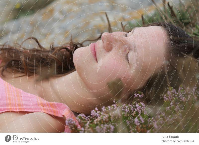 träum weiter Mensch Frau Jugendliche schön Sommer Erwachsene 18-30 Jahre feminin Kopf Felsen liegen träumen braun rosa Zufriedenheit Europa