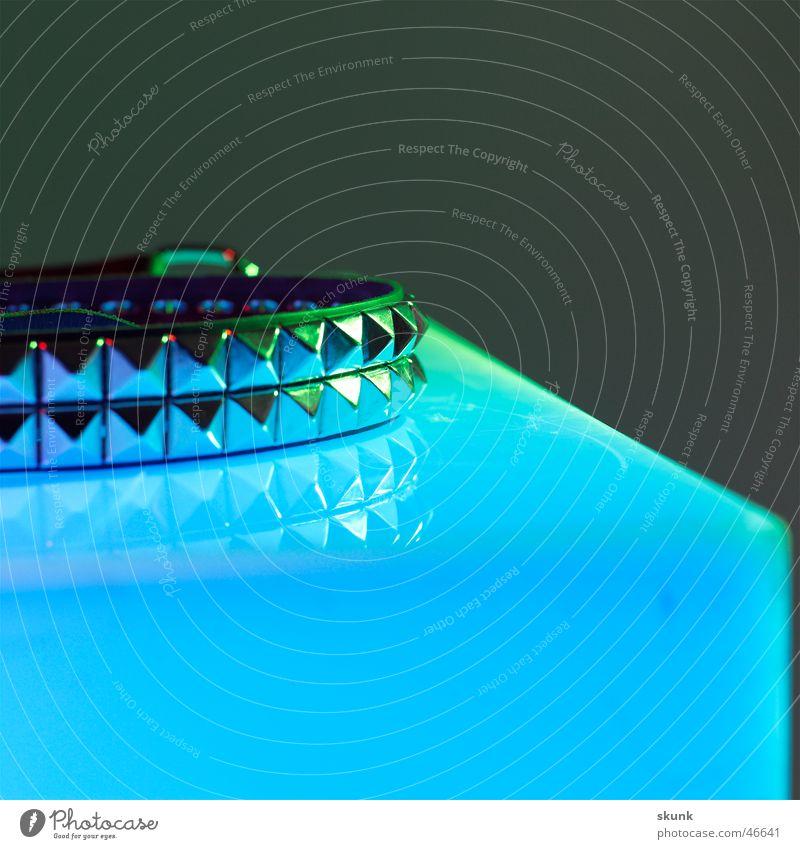 Nietengurt-2- Gürtel Reflexion & Spiegelung Farbenspiel Nahaufnahme Zacken Spitze Ekel