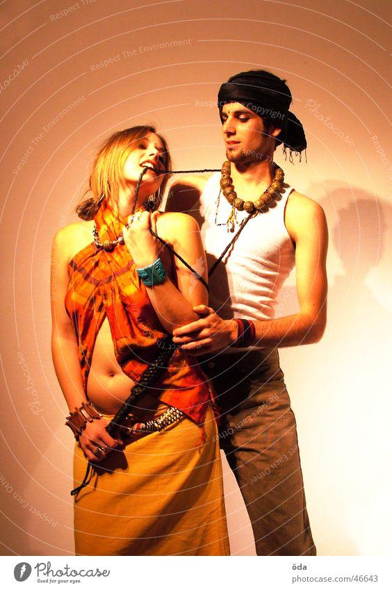 tease me #3 Paar Kreis Körperhaltung Schmuck Schminke beißen Halskette Turban geschminkt